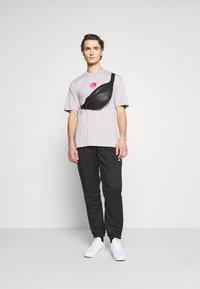 adidas Originals - TREFOIL TEE UNISEX - Print T-shirt - grey - 1