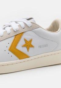 Converse - PRO OG UNISEX - Trainers - white/gold dart/egret - 5