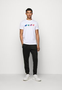PS Paul Smith - MENS SLIM FIT GOATS ZEBRA - Triko s potiskem - white - 1