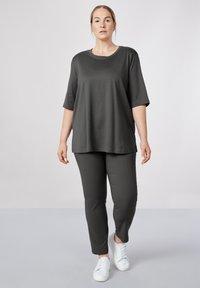 Sallie Sahne - MILY - Basic T-shirt - graphite - 1