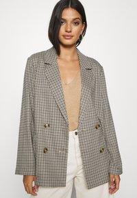 Monki - TWIGGY - Krátký kabát - beige medium dusty - 3