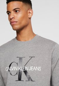 Calvin Klein Jeans - ICONIC MONOGRAM CREWNECK - Mikina - mid heather grey - 4