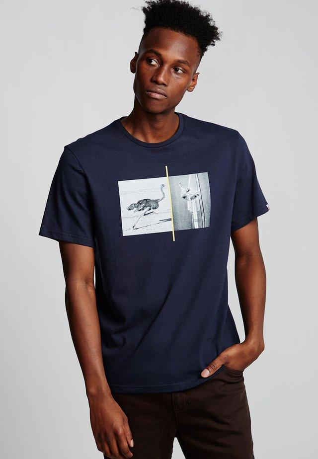 OSTRICH APSE - Print T-shirt - eclipse navy