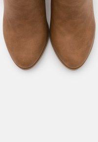 Wallis - ANISH - Boots à talons - camel - 5