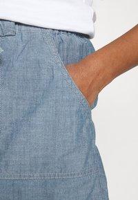 Vero Moda - VMAKELA CHAMBRAY PAPERBAG  - Shorts - medium blue denim - 4