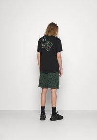 Nike Sportswear - CLUB CAMO - Shorts - galactic jade/white - 2