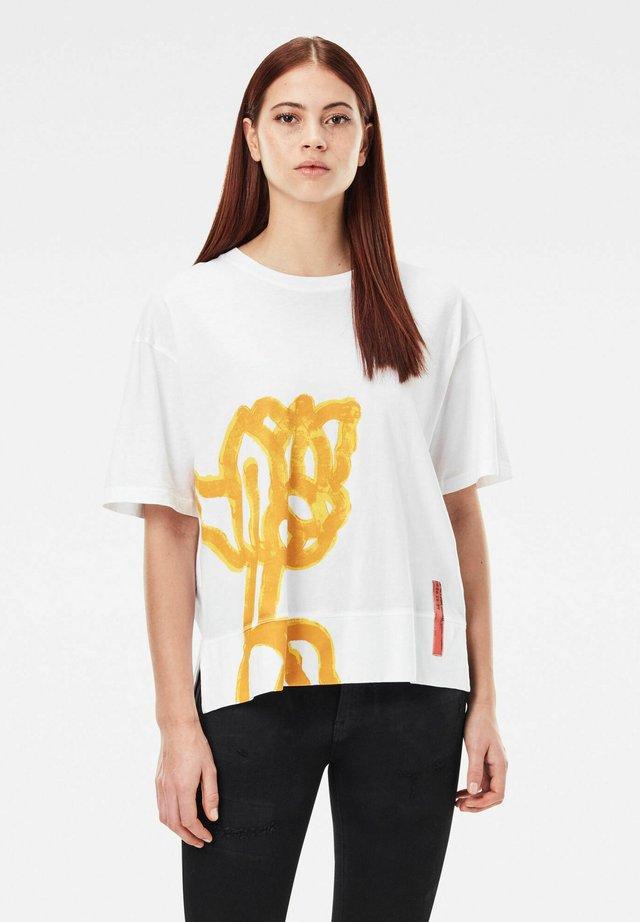 LOOSE FIT BIG OBJECT PRINT TEE - T-shirt print - white