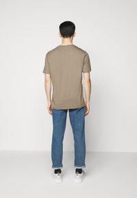 HUGO - DOLIVE - T-shirt imprimé - light/pastel brown - 2