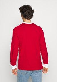 adidas Originals - 3 STRIPES UNISEX - T-shirt à manches longues - scarle - 2