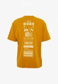 Topman - UNISEX WASHED TEE - Print T-shirt - mustard - 1