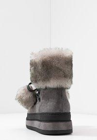 s.Oliver - Kotníkové boty na platformě - grey glitter - 5