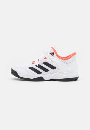 UBERSONIC 4 UNISEX - Tennissko til multicourt - footwear white/core black/solar red