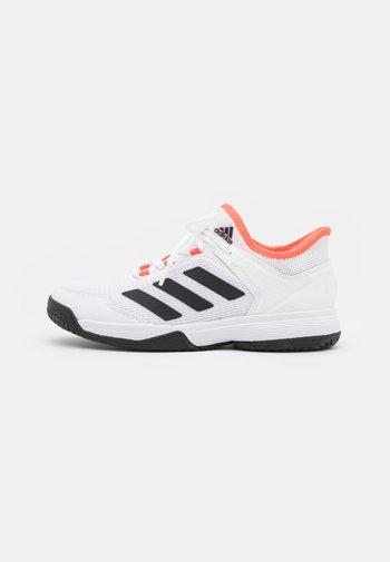 UBERSONIC 4 UNISEX - Multicourt tennis shoes - footwear white/core black/solar red