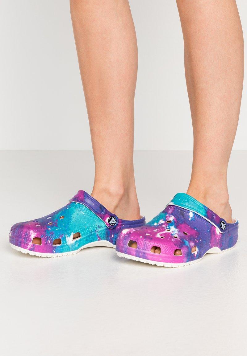 Crocs - Sandalias planas - white/purple