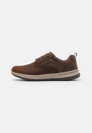 DELSON - Sporty snøresko - dark brown