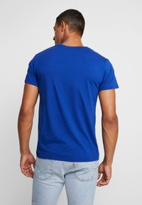 Levi's® - HOUSEMARK GRAPHIC TEE - Print T-shirt - blue - 2