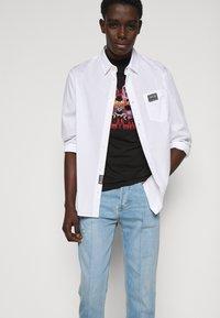 Versace Jeans Couture - MARK - Camiseta estampada - black - 3
