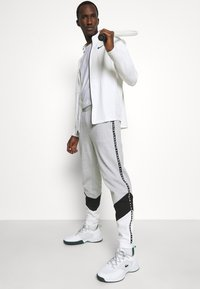 Lacoste Sport - PANT TAPERED - Tracksuit bottoms - gris chine/noir/blanc - 3