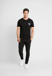Pier One - T-shirt z nadrukiem - black - 1