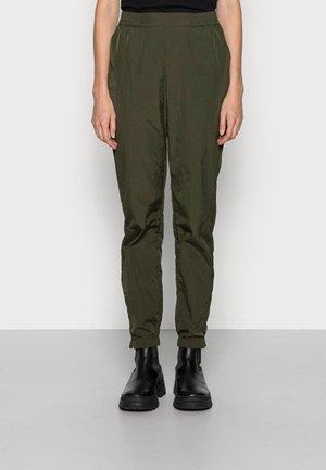 DENVER SHERYL PANTS - Trainingsbroek - army green