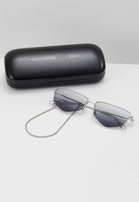 McQ Alexander McQueen - Lunettes de soleil - silver-coloured/grey - 3