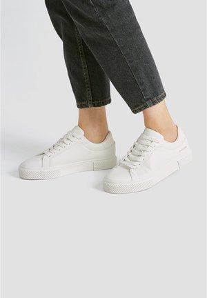 SNEAKER MIT KOORDINATEN 11208540 - Sneakersy niskie - white
