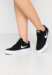 Nike SB - CHARGE - Sneakersy niskie - black/white - 0