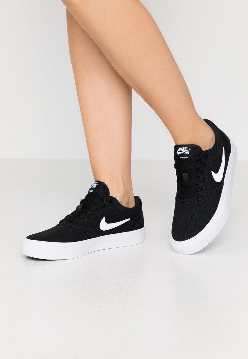 Nike SB - CHARGE - Sneakersy niskie - black/white
