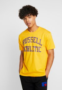 Russell Athletic Eagle R - ICONIC CREW NECK TEE - T-shirt imprimé - yellow - 0