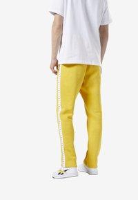 Reebok Classic - CLASSICS VECTOR JOGGER PANTS - Tracksuit bottoms - toxic yellow - 2