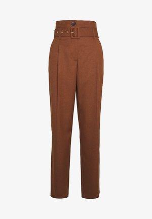 HIGHWAIST BELT PEG TROUSERS - Trousers - tobacco