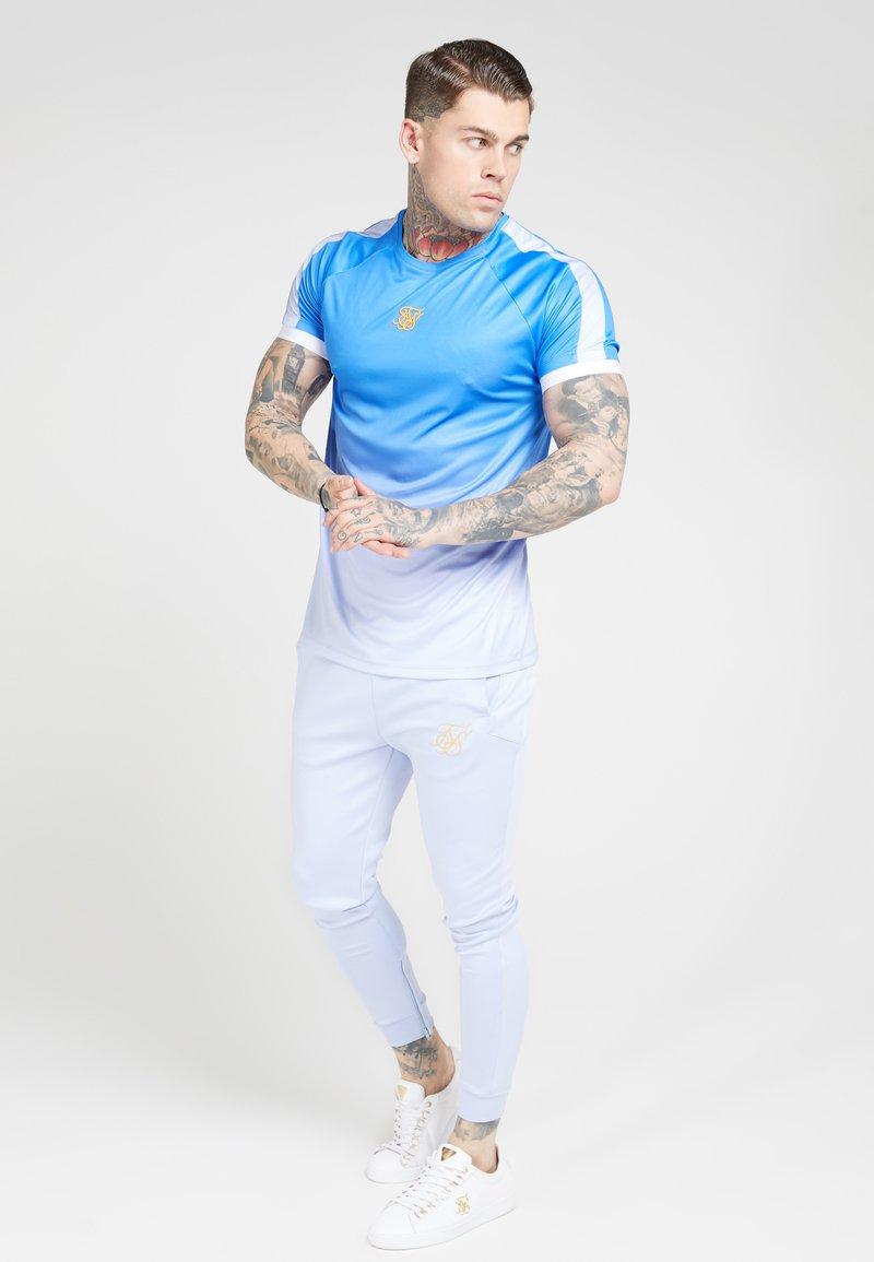 SIKSILK - RAGLAN FADE STRAIGHT HEM TEE - Print T-shirt - blue/ice grey