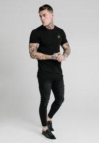 SIKSILK - T-shirt basic - black - 1