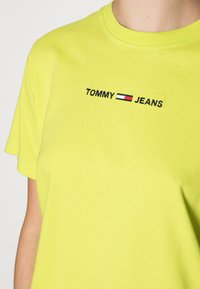 Tommy Jeans - LINEAR LOGO TEE - Basic T-shirt - neo lime - 4