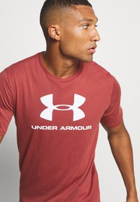 Under Armour - T-shirt med print - cinna red - 4