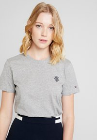Tommy Hilfiger - ESSENTIAL EMBROIDERY TEE - T-shirt z nadrukiem - grey - 3