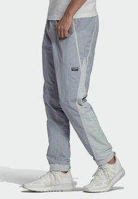 adidas Originals - R.Y.V. V-LINE WOVEN TRACKSUIT BOTTOMS - Träningsbyxor - grey - 2