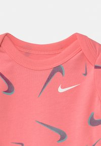 Nike Sportswear - SHORT SLEEVE 3 PACK - Body - sunset pulse - 3