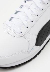 Puma - RUNNER V2 UNISEX - Sneakers - white/black - 5