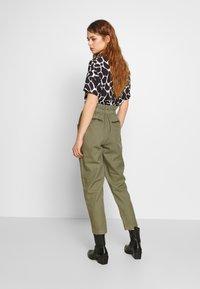 Pepe Jeans - LIA - Spodnie materiałowe - thyme - 2