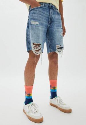 MIT ZIERRISSEN AM BEIN - Shorts di jeans - blue
