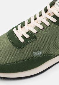 Clae - RUNYON - Sneakersy niskie - bronze green - 5