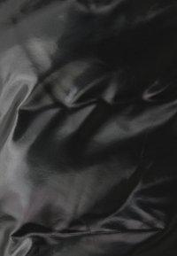 Rains - TREKKER VEST UNISEX - Vesta - shiny black - 2