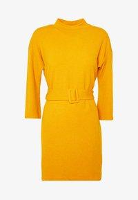 ERICA DRESS - Strikkjoler - mustard
