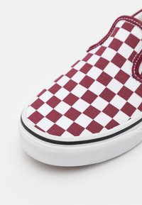 Vans - UY CLASSIC SLIP-ON - Trainers - pomegranate/true white - 5