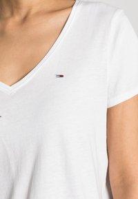 Tommy Jeans - SOFT V NECK TEE - Basic T-shirt - classic white - 4