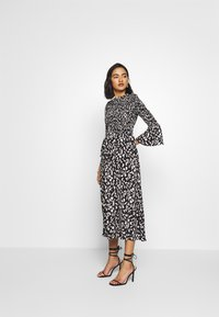 Who What Wear - THE SMOCKED MIDI DRESS - Day dress - black / white - 0