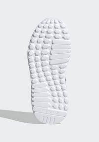 adidas Originals - LA TRAINER LITE SHOES - Trainers - core black/ftwr white/core black - 4
