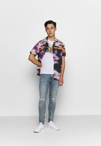 Levi's® - GRAPHIC CREWNECK TEE - Print T-shirt - serif white - 1