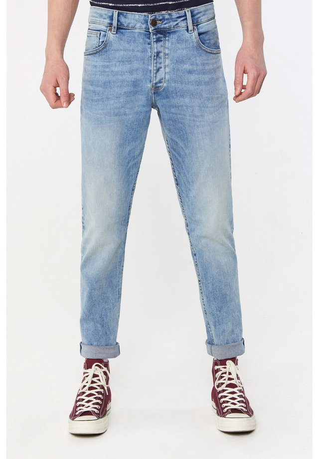 WE FASHION HEREN TAPERED FIT JEANS MET GEBLEEKTE WASSING - Jeans Tapered Fit - light blue